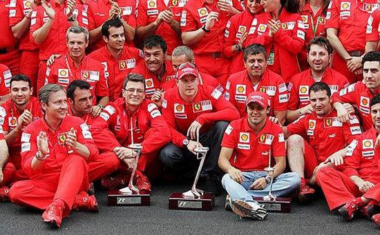 Equipo Ferrari al completo en Barcelona